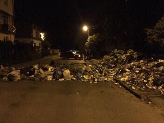 ВоЛьвове ночью люди построили баррикады измусора и добивались вывоза отходов